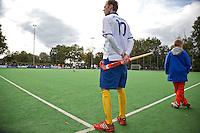 GROENEKAN - Een hockeyer wacht op de wissel totdat hij het veld in mag tijdens de hoofdklasse hockeywedstrijd tussen de mannen van Voordaan en Bloemendaal (3-7). FOTO KOEN SUYK