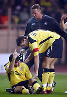 Fotball<br /> Champions League 2004/05<br /> Monaco v Liverpool<br /> 23. november 2004<br /> Foto: Digitalsport<br /> NORWAY ONLY<br /> Liverpool's Luis Garcia gestures to the Liverpool bench that he should be replaced as team mate Steven Gerrard comes to his aid as he breaks down within the first 30 seconds of the match.