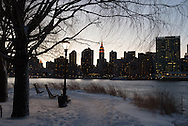 New York under the snow. midtown  Manhattan cityscape and east river view from  Gantry plaza state park  in  Queens   - United states / New York sous la neige le panorama de Manhattan midtown cote east river vue depuis les quais de Long island city,