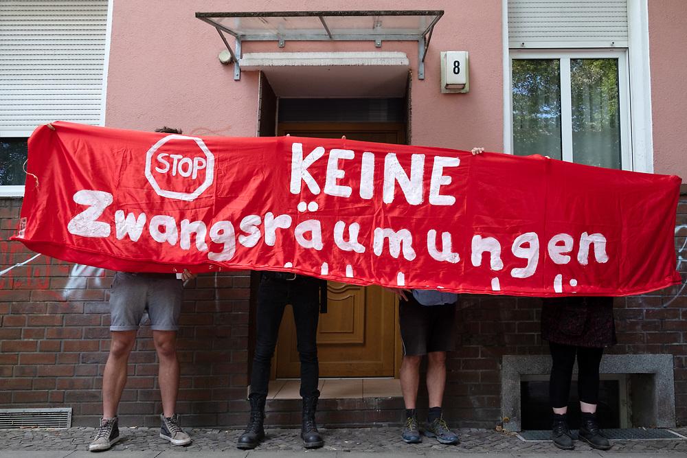 Ca. 50 Aktivisten und Nachbarn protestieren mit einer Blockade der Hauseingänge gegen die Zwangsräumung des Mieters Frank in der Kiefholzstrasse 8 in Berlin.<br /> <br /> <br /> [© Christian Mang - Veroeffentlichung nur gg. Honorar (zzgl. MwSt.), Urhebervermerk und Beleg. Nur für redaktionelle Nutzung - Publication only with licence fee payment, copyright notice and voucher copy. For editorial use only - No model release. No property release. Kontakt: mail@christianmang.com.]