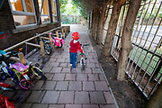 Nederland, Utrecht, 25-09-2018<br /> In Utrecht gaat een kleuter met de fiets naar school.<br /> <br /> In Utrecht a young boy cycles to school.<br /> Foto: Bas de Meijer / De Beeldunie