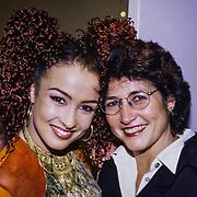 NLD/Aalsmeer/19980316 - Sterrenplaybackshow 1998, Katja Schuurman en haar moeder Sonja
