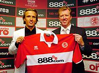 Fotball<br /> England<br /> 02.08.2004<br /> Foto: SBI/Digitalsport<br /> NORWAY ONLY<br /> <br /> <br /> Middlesbrough Press Conference<br /> Middlesbrough manager Steve McClaren (R) with new signing Boudewijn Zenden