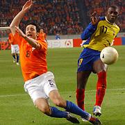 NLD/Amsterdam/20060301 - Voetbal, oefenwedstrijd Nederland - Ecuador, Mark van Bommel en Geovanny Espinoza