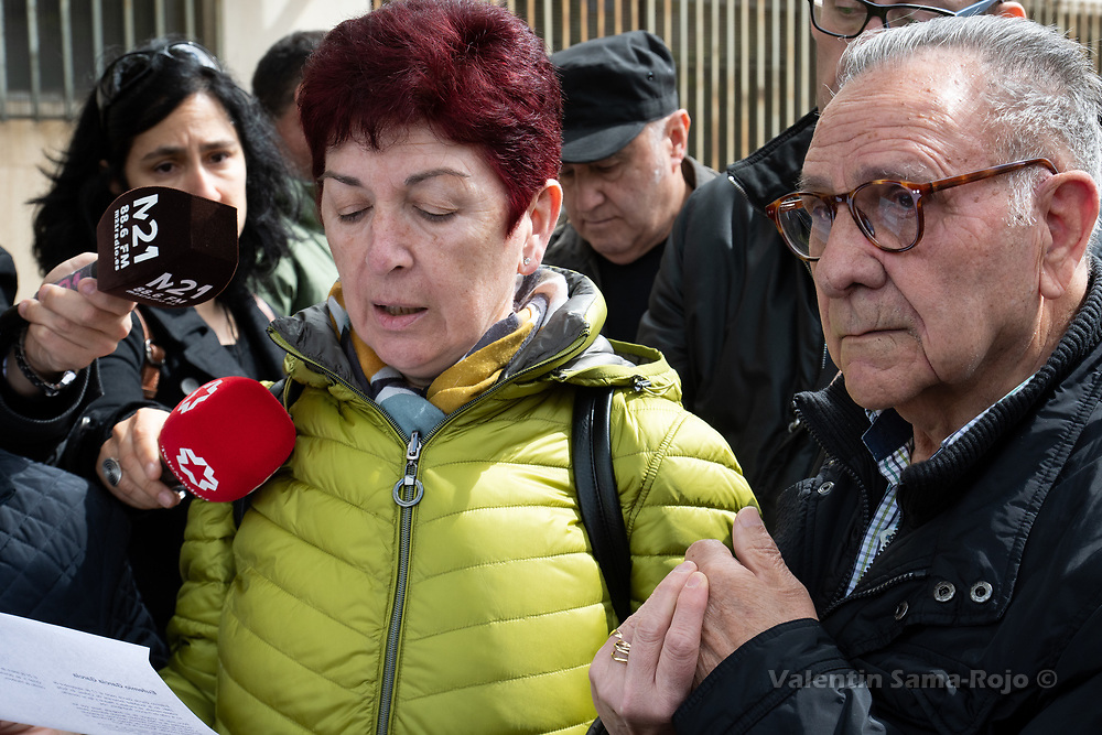 Madrid, Spain. 26th April, 2019. A woman reading the history of Eufemio Garcia Garcia holding the hand of his relative after the installation of the Stolperstein in his memory. © Valentin Sama-Rojo