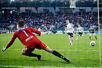 24. Mai 2010 , Fotball , Tippeligaen  , Viking Stadion , Viking FK v Rosenborg , Steffen Iversen , Rosenborg , setter inn straffet som gir 1-2 til Rosenborg , Rune Almenning Jarstein , Viking ,    Foto: Tommy Ellingsen