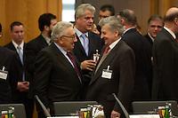 """09 JAN 2004, BERLIN/GERMANY:<br /> Henry Alfred Kissing, ehem. US Aussenminister, und Jean-Claude Trichet, Paesident der Europaeischen Zentralbank, im Gespraech, vor Beginn der Konferenz des Internationalen Bertelsmann-Forums """"Europa auf der Suche nach politischer Ordnung"""", Auswaertiges Amt<br /> IMAGE: 20040109-02-003<br /> KEYWORDS: Bertelsmann Forum, Gespräch"""