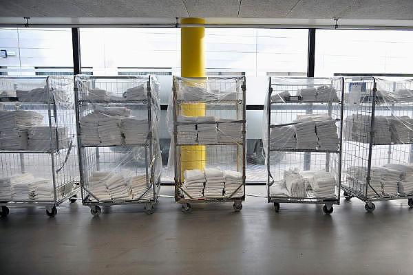 Nederland, Nijmegen, 6-2-2012Karren met schone ziekenhuiskleding staan in een gang van het UMC Radboud te wachten op verder transport.Foto: Flip Franssen