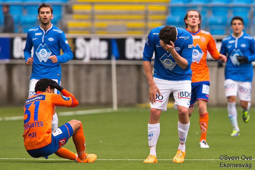 Treningskamp fotball 2014: Molde - Aalesund. Aalesunds Michael Barrantes Rojas (t.v.) støter sammen med Vegard Forren i treningskampen mellom Molde og Aalesund på Aker stadion.