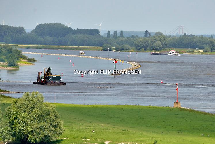 Nederland, Varik, 9-6-2018In de Waal zijn tussen Tiel en Varik de strekdammen, kribben, weggehaald en vervangen door een dam, langsdam, die parallel loopt met de oever. Het is misschien een manier om het water tijdens zowel hoogwater als laagwater bij droogte beter te beheersen. Foto: ANP/ Hollandse Hoogte/ Flip Franssen