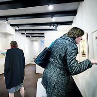 Nederland, Amsterdam , 29 december 2010..Bezoekers van Galerie Petit aan de Nieuwezijds Voorburgwal bekijken en kopen nog snel kunst voor een B.T.W. bedrag van 6% voordat per 1 januari 2011 een B.T.W. bedrag van 19% voor kunst betaald zal moeten worden. Visitors to a gallery view and buy art for a lower VAT amount. Foto:Jean-Pierre Jans