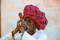 Inde, Rajasthan, village de Gura Ajba dans les environs de Jodhpur, population Devasi, Basanaram Devasi, 60 ans // India, Rajasthan, Gura Ajba village around Jodhpur, Devasi ethnic group, Basanaram Devasi, 60 old