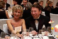 26 NOV 2004, BERLIN/GERMANY:<br /> Klaus Uwe Benneter (R), SPD Generalsekretaer, und seine Ehefrau Angelika Benneter (L), auf dem Bundespresseball, Hotel Interconti<br /> IMAGE: 20041126-02-048