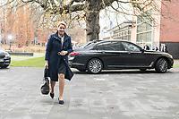 14 NOV 2018, POTSDAM/GERMANY:<br /> Franziska Giffey, SPD, Bundesministerin fuer Familie, Senioren, Frauen und Jugend, auf dem Weg zur Klausurtagung des Bundeskabinetts, im Hintergrund Ihr Dienstwagen, Hasso Plattner Institut (HPI, Potsdam-Babelsberg<br /> IMAGE: 20181114-01-023<br /> KEYWORDS; Kabinett, Klausur, Tagung, Auto, KFZ, Wagen, Dienstlimousine, Limousine