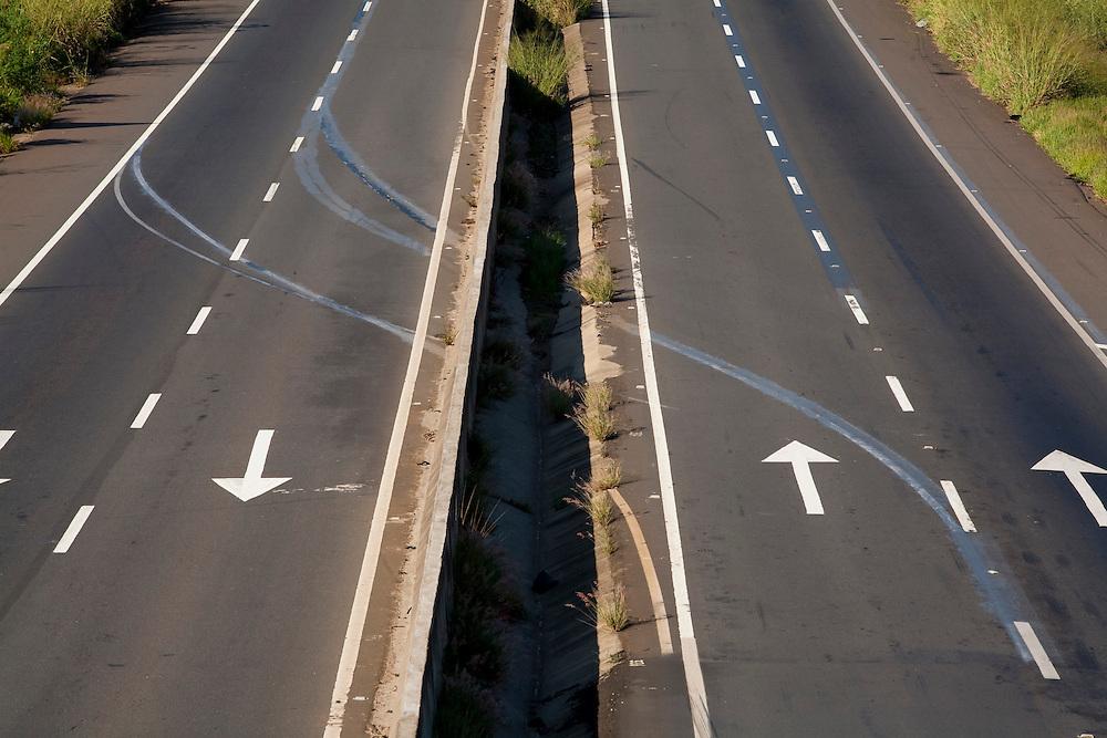 Pouso Alegre_MG, Brasil...Detalhe da marca de pneu no asfalto da BR-381, Rodovia Fernao Dias, em Pouso Alegre...BR-381 detail, Fernao Dias highway, in Pouso Alegre...Foto: LEO DRUMOND / NITRO.....