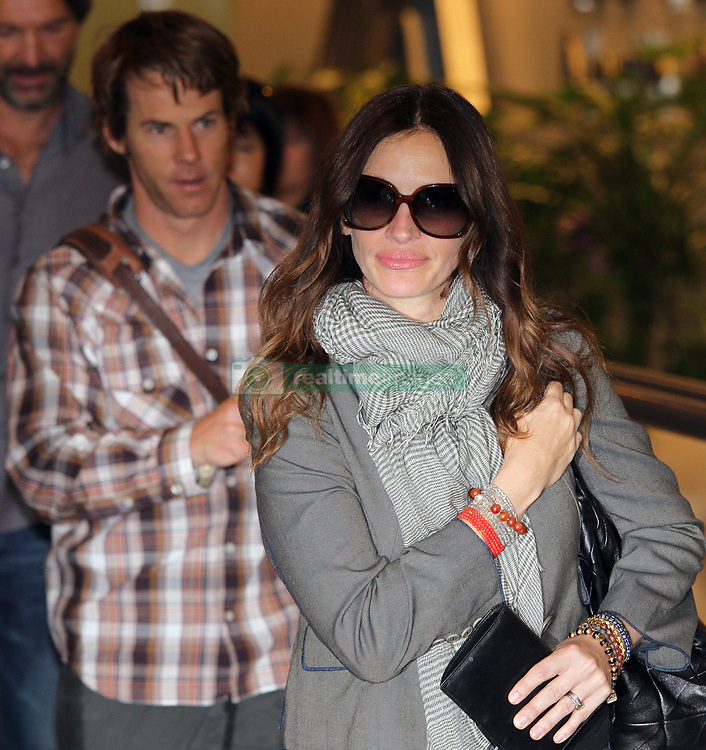 Aug 17, 2010 - Narita, Chiba, Japan - Actress JULIA ROBERTS and her husband DANNY MODER arrive at Narita International Airport in Narita, Japan. She is in Japan to promote her new movie, 'Eat, Pray, Love' which will open on September 17 in Japan. (Credit Image: © Junko Kimura/Jana/ZUMApress.com)