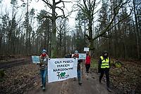 Postolowo, Puszcza Bialowieska, 30.12.2017. Zimowy Spacer Obywatelski w Puszczy . Akcja zostala zorganizowana po tym , jak Nadlesnictwo Hajnowka zamknelo dla turystow kolejne obszary lesne . Protestujacy uwazaja , ze przyczyni sie do zmniejszenia zainteresowania Puszcza turystow a tym samym po raz kolejny oslabi branze turystyczna w regionie Puszczy Bialowieskiej N/z uczestnicy marszu fot Michal Kosc / AGENCJA WSCHOD