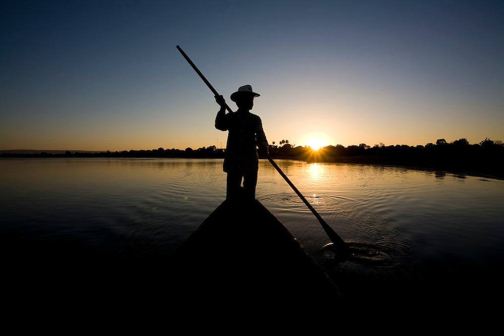 Ibiai_MG, Brasil...Rio Sao Francisco, o rio da integracao nacional. Na foto um barco...The Sao Francisco river, It is an important river for Brazil, called the river of national integration. In this photo, a boat...Foto: LEO DRUMOND / NITRO