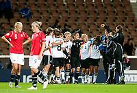 Fotball<br /> EM 2009 kvinner<br /> Semifinale<br /> Tyskland v Norge<br /> Foto: Jussi Eskola/Digitalsport<br /> NORWAY ONLY<br /> <br /> Tyskland feirer avansement<br /> Anneli Giske - Isabell Herlovsen