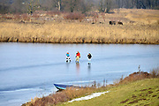 Nederland, Nijmegen, 27-1-2017Op de oude waal in de ooijpolder, een dode arm van de rivier, schaatsen mensen voor misschien de laatste dag dit jaar. Vandaag is de dooi ingetreden en het ijs is niet overal dik en sterk genoeg. Er zijn windwakken.Foto: Flip Franssen