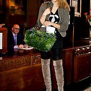 NLD/Amsterdam/20100328 - Veiling voor Engelen van Oranje, Fanny Koopmans, partner van Boy Waterman toont unieke tas van kunstgras