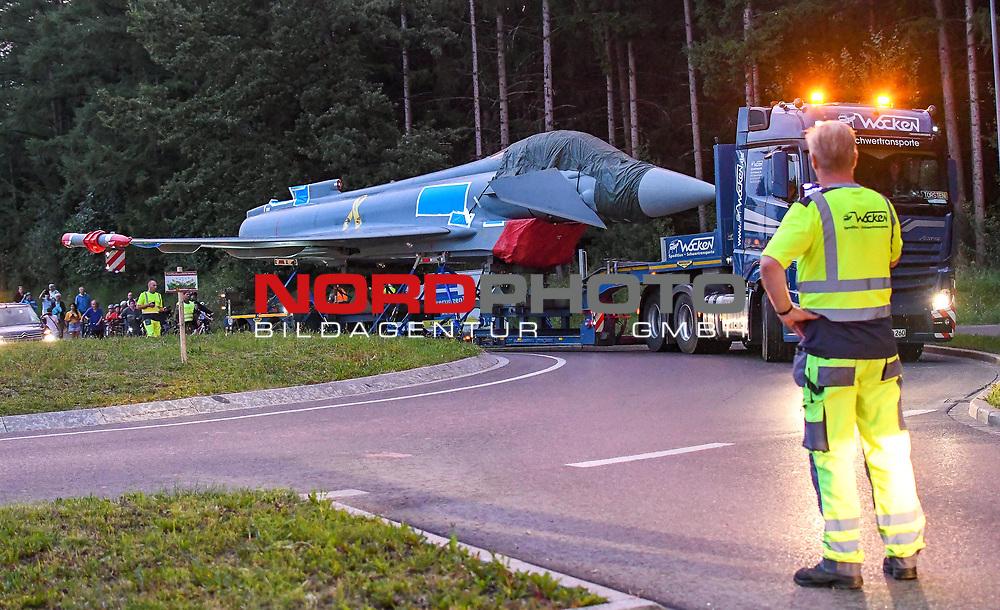 21.07.2020, Stadtrand, Kaufbeuren, GER, Transport eines Eurofighters nach Ingolstadt / Manching, mittels eines Schwertransporters wird ein Eurofighter Typhoon vom Fliegerhorst Kaufbeuren zum Fliegerhorst nach Manching transportiert. Der Transport erfolgt via B12, A7 und A8 und A9.<br /> im Bild ein Kreisel ist kein Hindernis für den Transport, er wird allerdings entgegen der normalen Fahrtrichtung durchfahren<br /> <br /> Foto © nordphoto / Hafner