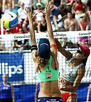 Volleyball, Sandvolleyball, World Tour Stavanger, Grand Slam, 02/07-05, <br />Kinesiske Wang Fei smasher mot brasilianske Adriana Behar, <br />Foto: Halvard Hofsmo, Digitalsport