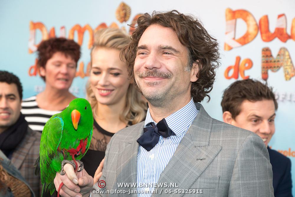 NLD/Amsterdam/20151206 - Filmpremiere Dummie de Mummie en de Sfinx van Shakaba, Roeland Fernhout met groene pappegaai