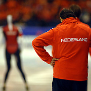NLD/Heerenveen/20060122 - WK Sprint 2006, 2de 1000 meter dames, coach Jacques Orie ziet de bui al hangen bij de start van Marianne Timmer