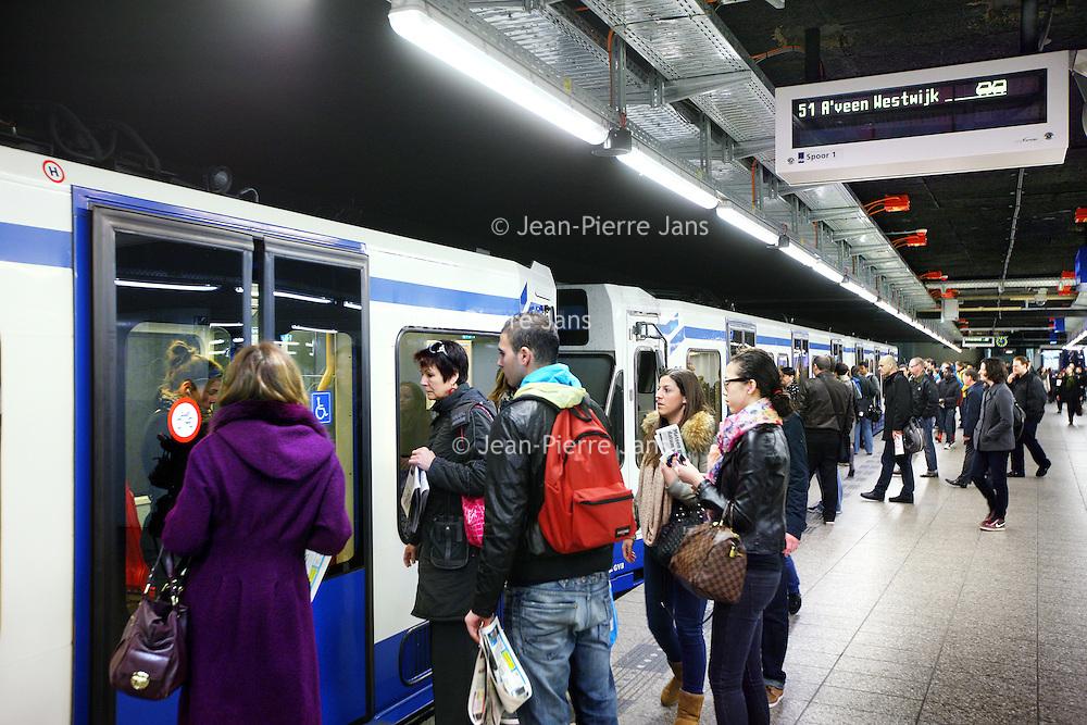 Nederland, Amsterdam , 24 april 2012..Ochtenddrukte op het metrostation van Centraal Station richting Oost..Morning crowd of travellers at underground station central station Amsterdam.