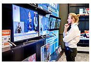 Danmark lukker ned pga af Corona-virus. Jonas fra Power ved Vesterport følger Statsminister Mette Frederiksens pressemøde på en af butikkens mange TV-skærme, mandag d. 23. marts 2020.
