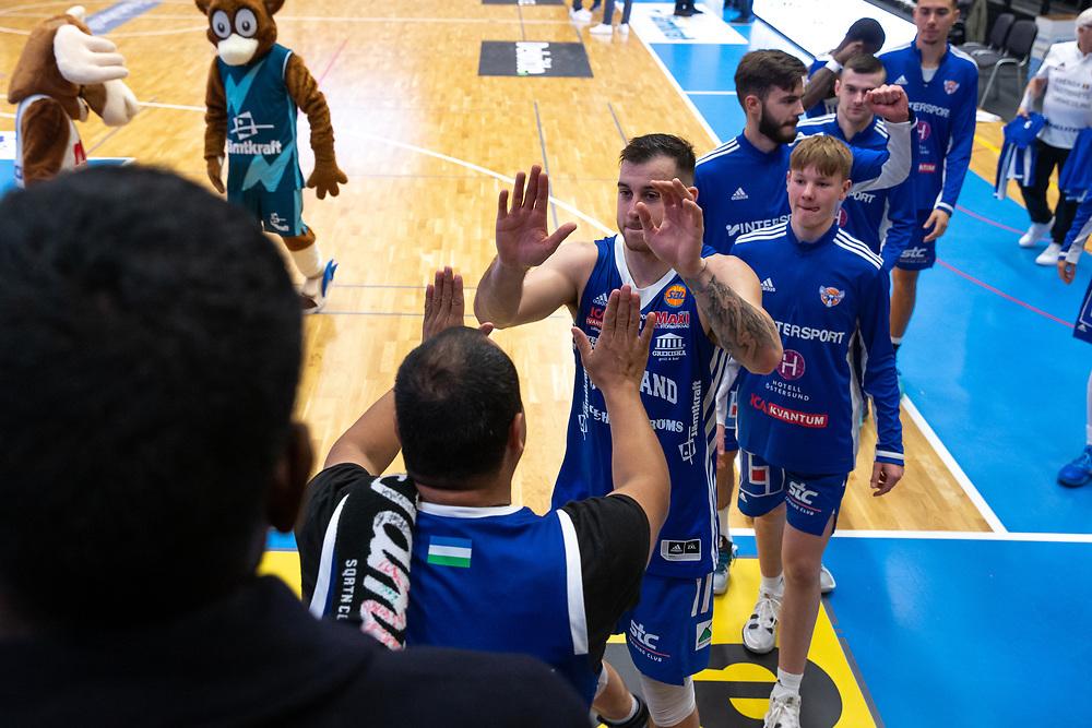 ÖSTERSUND 20210924<br /> Jämtland tackar fansen efter fredagens match i Basketligan mellan Jämtland Basket och Nässjö Basket i Östersunds Sporthall<br /> <br /> Foto: Per Danielsson/Projekt.P