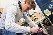 Een teamlid maakt de carbon kap schoon. In Delft wordt de VeloX 7 gebouwd in de D:Dreamhall. In september wil het Human Power Team Delft en Amsterdam, dat bestaat uit studenten van de TU Delft en de VU Amsterdam, tijdens de World Human Powered Speed Challenge in Nevada een poging doen het wereldrecord snelfietsen voor vrouwen te verbreken met de VeloX 7, een gestroomlijnde ligfiets. Het record is met 121,44 km/h sinds 2009 in handen van de Francaise Barbara Buatois. De Canadees Todd Reichert is de snelste man met 144,17 km/h sinds 2016.<br /> <br /> In Delft the Velox 7 is produced. With the VeloX 7, a special recumbent bike, the Human Power Team Delft and Amsterdam, consisting of students of the TU Delft and the VU Amsterdam, also wants to set a new woman's world record cycling in September at the World Human Powered Speed Challenge in Nevada. The current speed record is 121,44 km/h, set in 2009 by Barbara Buatois. The fastest man is Todd Reichert with 144,17 km/h.