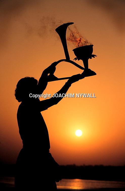 2001 04<br /> <br /> Präst som firar soluppgången vid Ganges i Varanasi med eld<br /> <br /> FOTO JOACHIM NYWALL KOD0708840825<br /> COPYRIGHT JOACHIMNYWALL:SE<br /> <br /> ****BETALBILD****<br />  <br /> Redovisas till: Joachim Nywall<br /> Strandgatan 30<br /> 461 31 Trollhättan<br />  Prislista: BLF, om ej annat avtalats