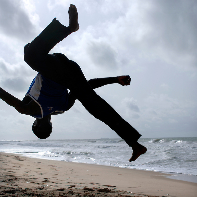 Cotonou February 2006 - A Beninese boy does a jump on the beach © Jean-Michel Clajot