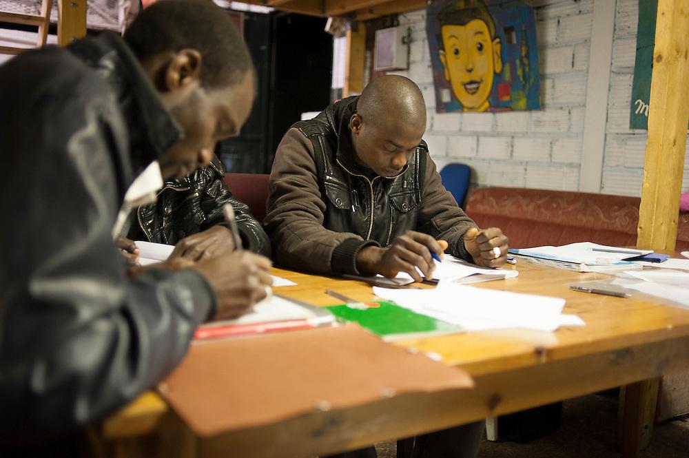 Afrikaanse migranten krijgen van vrijwilligers Franse les op zondag, in de gemeenschappelijke huiskamer in hun kraakpand. Sinds 2011 wonen 150 Afrikaanse migranten in een voormalige fabriek in de Parijse voorstand Montreuil, omdat ze illegaal in Frankrijk verblijven, kunnen ze geen woonruimte huren. In het 450 m2 grote pand wonen jonge mannen uit Malië, Ivoorkust, Bukina Faso, Niger.