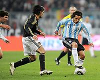 Fotball<br /> Tyskland v Argentina<br /> 03.03.2010<br /> Foto: Witters/Digitalsport<br /> NORWAY ONLY<br /> <br /> v.l. Serdar Tasci, Carlos Tevez Argentinien<br /> Testspiel Deutschland - Argentinien 0:1