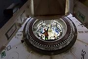 De boorkop van de tunnelboor wordt in de tunnelschacht gehezen.