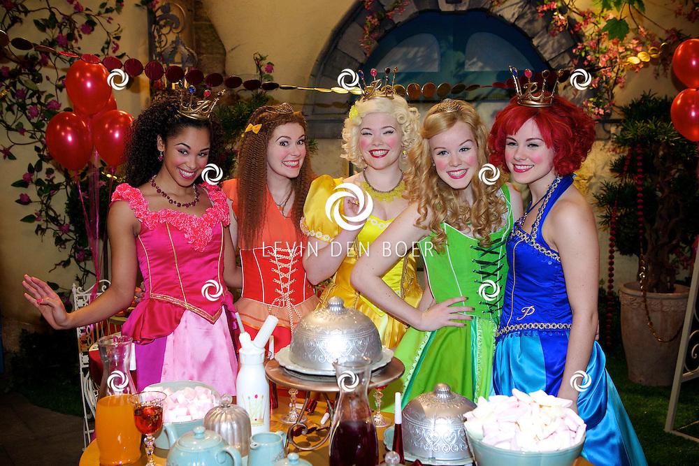 SCHELLE (BELGIE) - In Studio100 word het nieuwe tv programma van Studio100 'Prinsessia' opgenomen. Met hier op de foto vlnr Prinses Roos (Désirée Viola), Prinses Iris (Helle Vanderheyden), Prinses Madeliefje (Sylvia Boone), Prinses Linde (Jolijn Henneman) en Prinses Violet (Fauve Celeste Geerling). FOTO LEVIN DEN BOER - PERSFOTO.NU