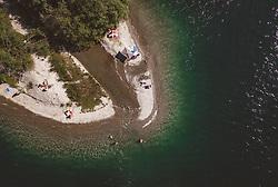 THEMENBILD - Menschen bei einem abgelegenen Strand am Zeller See, aufgenommen am 24. Juli 2019 in Zell am See, Österreich // People at a lonely beach at the Zeller Lake, Zell am See, Austria on 2019/07/24. EXPA Pictures © 2019, PhotoCredit: EXPA/ JFK
