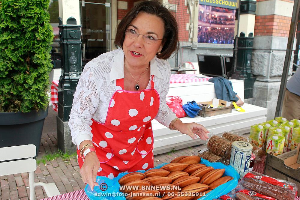 NLD/Amsterdam/20130701 - Keti Koti Ontbijt 2013 op het Leidse Plein, Gerdi Verbeet smeert eierkoeken