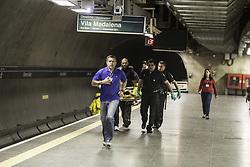 July 24, 2017 - Linha verde do metrô se manteve lenta na tarde desta segunda-feira (24) por conta de usuário que se jogou nos trilhos. Na foto a equipe efetua o resgate da pessoa na estação Chácara Klabin, às 14:00. (Credit Image: © Bruno Rocha/Fotoarena via ZUMA Press)