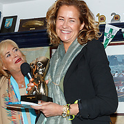 Uitreiking CosmoQueen Award 2015 aan Paulien Huizinga, paulien Huizinga met haar CosmoQueen Award