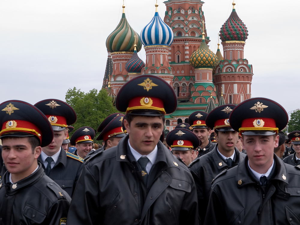 Milizionäre patroullieren am Tag der großen Sieges- und Militärparade über den Roten Platz in Moskau.<br /> <br /> Militamen on patrol during the day of the Victory Parade at Red Square in Moscow.