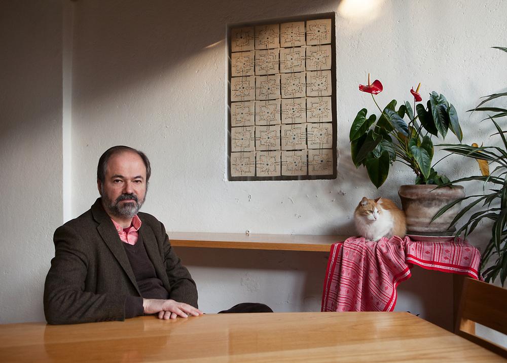 """Mexico City, Mexico, January 15, 2018. Juan Villoro, Mexican novelist, short-story writer and essayist, in his house in Coyoacán. Villoro has won a number of awards, including the Herralde Prize for his novel """"El testigo"""" (2004).<br /> Città del Messico, Messico, 15 Gennaio 2018. Juan Villoro, romanziere e saggista Messicano fotografato nella sua casa nel quartiere di Coyoacán. Villoro ha vinto un grande numero di premi, tra cui l'Herralde Prize per il suo romanzo """"El testigo"""" (2004). In Italia, tra gli altri libri sono stati pubblicati: Chiamate da Amsterdam (Ponte alle Grazie, 2013), La piramide (gran via, 2013) e Il libro selvaggio (Salani, 2015)."""