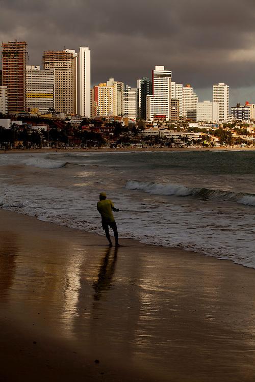 Natal_RN, Brasil...Na foto, o tradicional arrastao, tipo de pesca com rede puxada por varias pessoas, na praia de Ponta Negra...Traditional fishing, type of fishing net dragged by manny people on the beach..Foto: LEO DRUMOND / NITRO