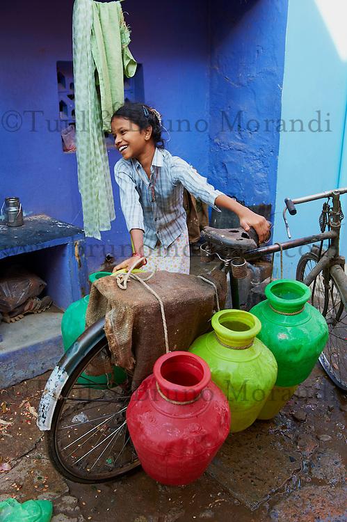Inde, etat du Tamil Nadu, Tiruvannamalai, corvee d'eau // India, Tamil Nadu, Tiruvannamalai