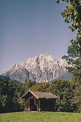 THEMENBILD - ein Scheune auf einer Wiese vor den Bergen, aufgenommen am 29. September 2019 in Saalfelden, Oesterreich // a barn on a meadow in front of the mountains in Saalfelden, Austria on 2019/09/29. EXPA Pictures © 2019, PhotoCredit: EXPA/ JFK