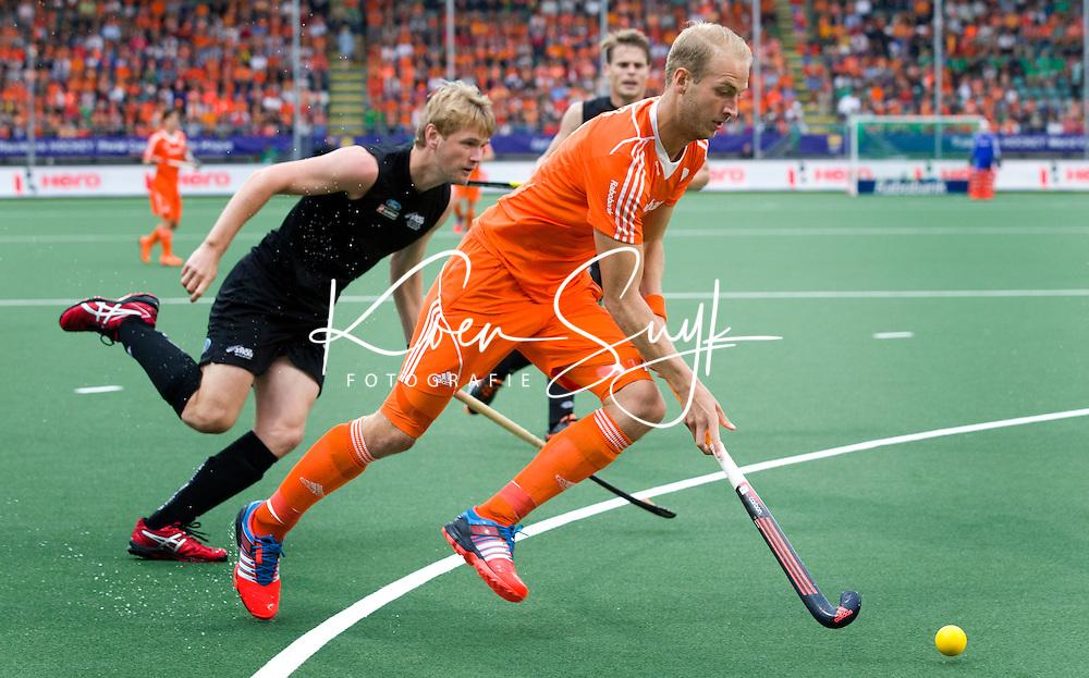 DEN HAAG - Billy Bakker passeert  tijdens de laatste poulewedstrijd tussen de mannen van  Nederland en Nieuw-Zeeland om de World Cup Hockey 2014. ANP KOEN SUYK