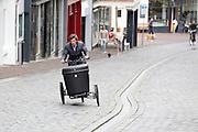 Een man rijdt op een bakfiets met kantelbesturing. In Nijmegen vindt voor de derde keer het International Cargo Bike Festival plaats. Het tweedaags evenement richt zich op het gebruik en de gebruikers van bakfietsen. Bakfietsen worden in heel Europa steeds vaker ingezet, zowel door particulieren als bedrijven. Het is een duurzame vorm van transport en biedt veel voordelen.<br /> <br /> In Nijmegen for the third time the International Cargo Bike Festival is hold. The two-day event focuses on the use and users of cargobikes. Cargo bikes are increasingly being deployed across Europe, both individuals and businesses. It is a sustainable form of transport and offers many advantages.